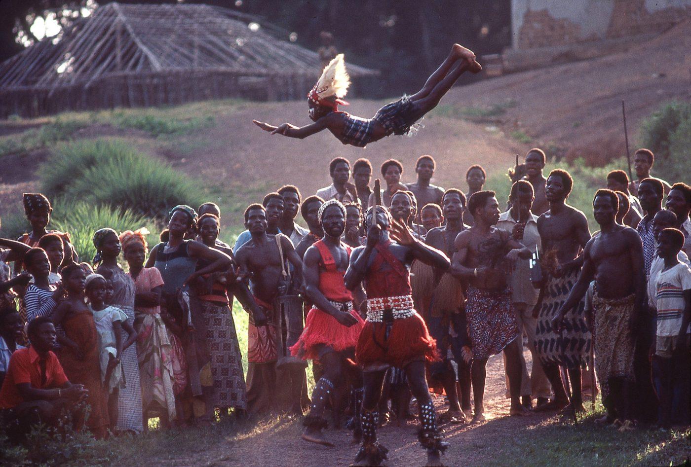 Côte d'Ivoire_Region de Man_frontiere Liberia_les jongleurs d'enfants_1996_duplicata parution National Geographic